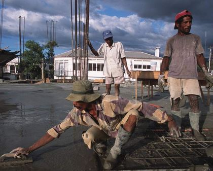 Men at work pouring cement on a rooftop. Photo: World Bank/Alex Baluyut