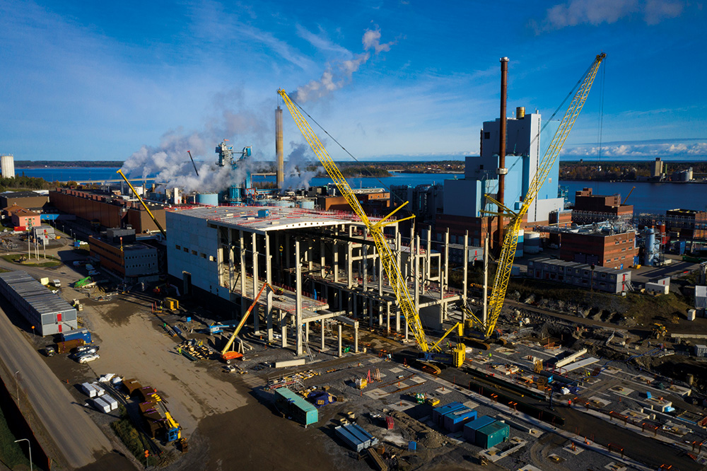 In the Obbola paper mill outside of the city of Umeå, SCA is investing €700m to increase the production of kraftliner paper for packaging from 450,000 to 725,000 tonnes per annum.